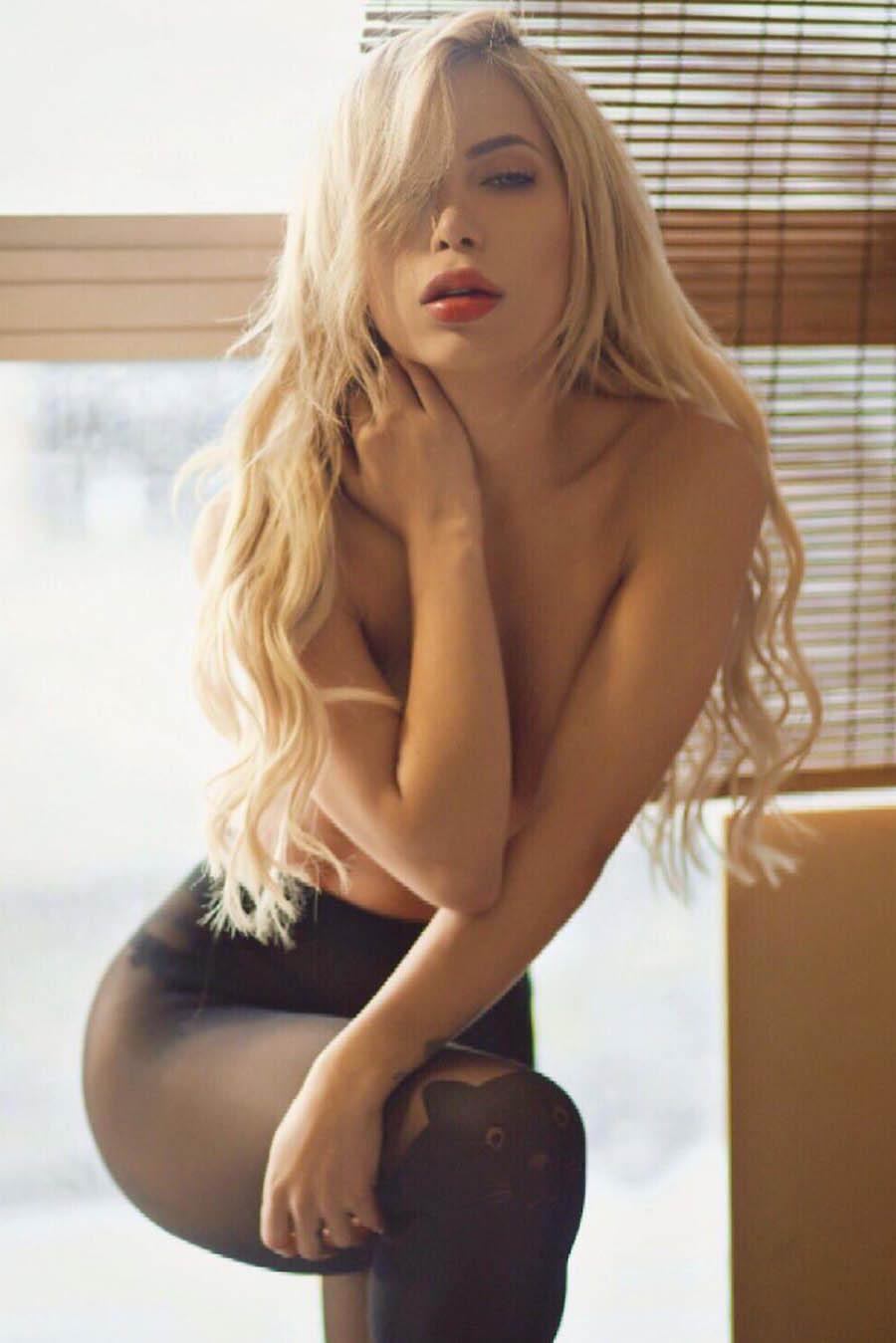 Model for singles Alexandra